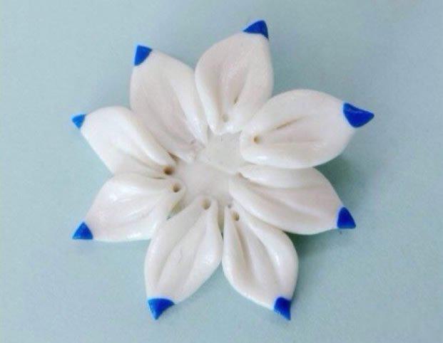 """用粘土制作莲花的过程"""" /> 白银莲花的花语是恋情的喜悦,银莲花的花语是没有结果的恋情, 紫莲花花语偷偷地爱慕,而莲花的花语是忠贞和爱情。 手工制作一只黏土莲花,将自己的心意保存起来。 此处以白银莲花为例,如果喜欢其他颜色也可以替换掉哦。 一片片小巧的莲花瓣要耐心哦 [[img src=""""http://simg."""