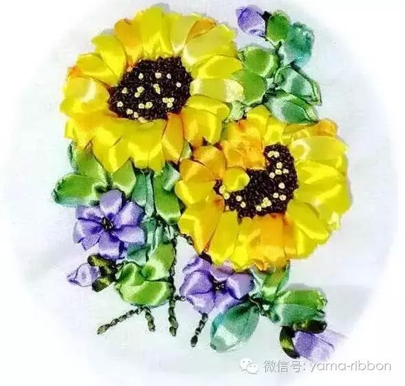 丝带花可以用在生活中的各个方面,除了挂画以外,服饰、头饰也在广泛使用。特别是在头饰上,往往起到了锦上添花的作用。