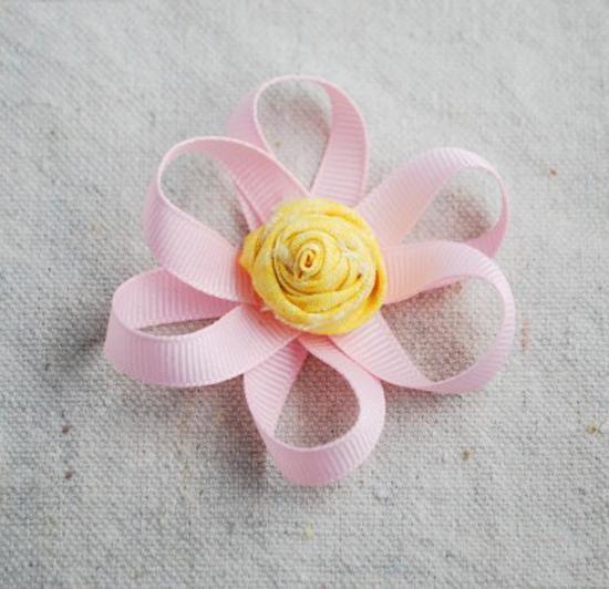 """可爱丝带花制作图解"""" /> 很多女孩子都钟意可爱头饰,不管是什么样的只要很可爱,大家都很喜欢。今天小编就手把手教你可爱丝带花,对丝带花感兴趣的朋友可以来看看可爱丝带花制作图解喔! [[img src=""""http://simg.sinajs.cn/blog7style/images/common/sg_trans.gif"""" real_src =""""http://www."""